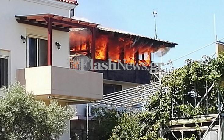 Σε εξέλιξη φωτιά σε σπίτι στα Χανιά