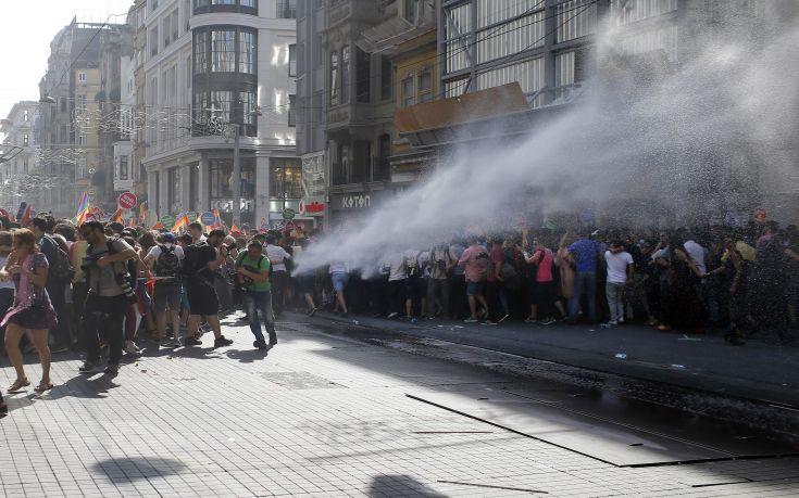 Πλαστικές σφαίρες κατά συμμετεχόντων στο Gay Pride της Κωνσταντινούπολης