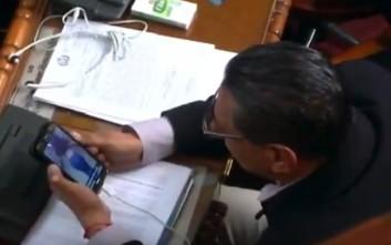 Βουλευτής στη Βολιβία απολάμβανε οπίσθια στο κινητό του μέσα στο Κοινοβούλιο