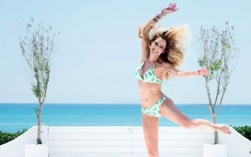 Ο καιρός έφτιαξε και η Ντορέττα Παπαδημητρίου χορεύει από την χαρά της