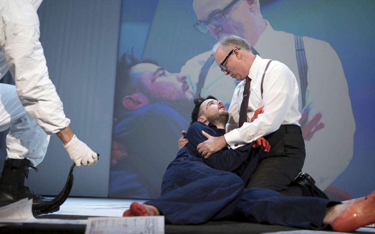 Η θεατρική παράσταση που κάνει τους θεατές να λιποθυμούν, να ξερνούν, να συλλαμβάνονται