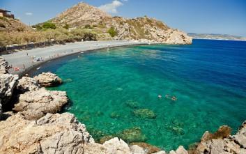 Μαύρα Βόλια, η συναρπαστική παραλία της Χίου