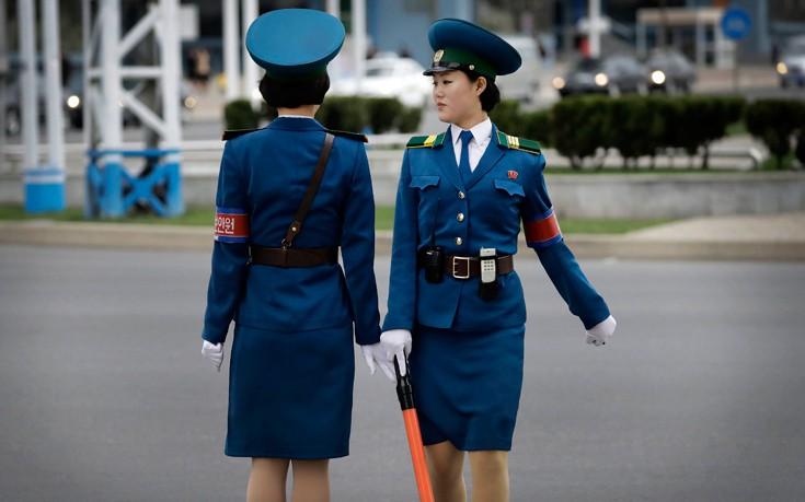 Τα όμορφα και… ανύπαντρα κορίτσια της τροχαίας στη Βόρεια Κορέα