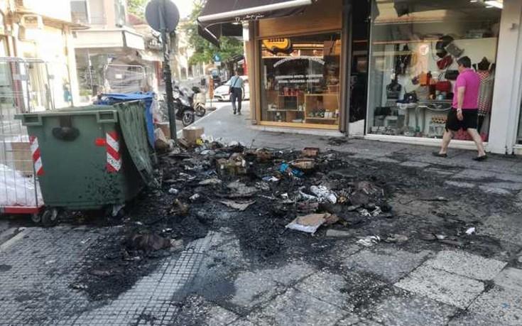 Πήραν φωτιά σκουπίδια στο κέντρο της Λάρισας