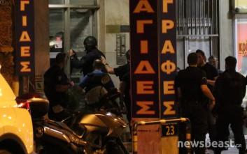 Έφοδος αστυνομικών στην πολυκατοικία με τον ένοπλο στο Μεταξουργείο