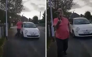 Άνδρας σπάει παρμπρίζ αυτοκινήτου με σφυρί γιατί δεν του άρεσε εκεί που ήταν παρκαρισμένο