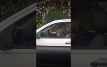 Χεβιμεταλάς παππούς ακούει Metallica στο αυτοκίνητο και τα «σπάει»