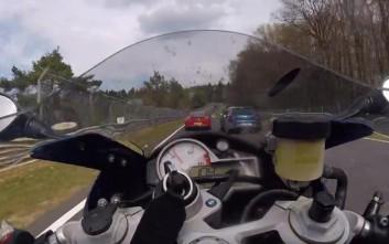 Ελιγμός μοτοσυκλέτας στο Nürburgring με 170 χιλιόμετρα ανά ώρα!
