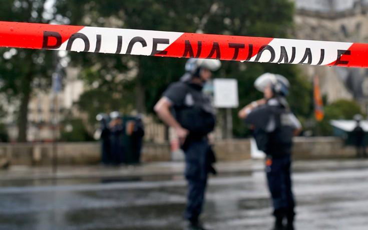Αυτοκίνητο έπεσε πάνω σε βαν της αστυνομίας στο Παρίσι