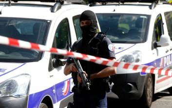 Άνδρας επιτέθηκε με μαχαίρι σε πλήθος στο Παρίσι
