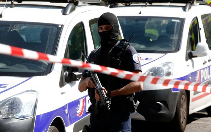 Σοβαρά τραύματα για δύο στρατιώτες που χτυπήθηκαν από αυτοκίνητο στο Παρίσι
