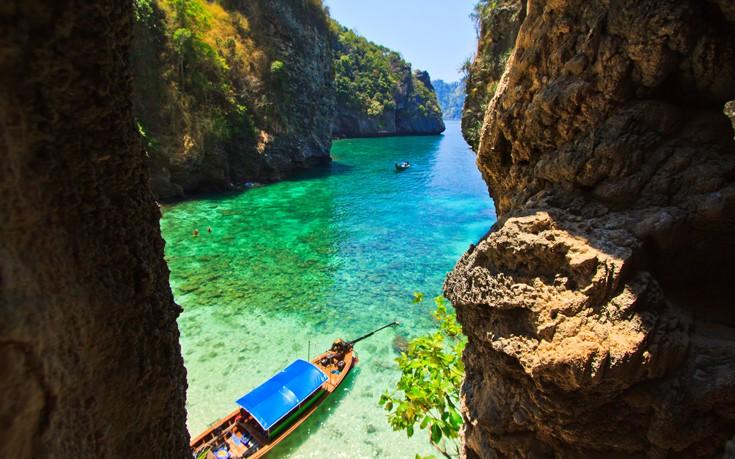 Σμαραγδένια νερά και λευκές αμμουδιές στα νησιά Πι Πι