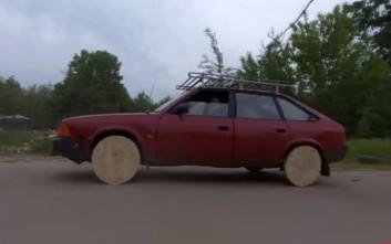 Ο Ρώσος με το αυτοκίνητο που έχει ξύλινες ρόδες