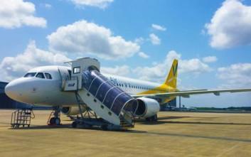Επιβάτης με κινητικά προβλήματα αναγκάστηκε να ανέβει στο αεροπλάνο με τα χέρια