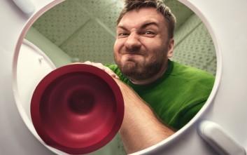 Πώς ξεβουλώνει ο άντρας τις σωληνώσεις του σπιτιού του... σαν άντρας