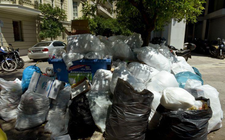 Ψεκάζουν τα σκουπίδια στη Λάρισα για την αποφυγή μολύνσεων