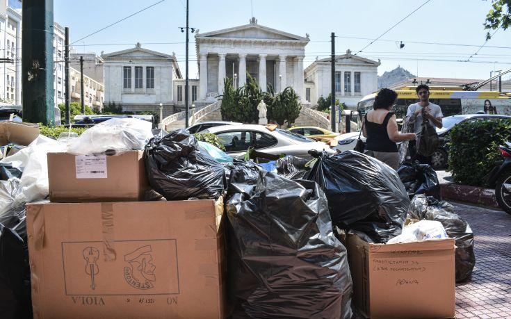 Το γραφείο του Πρωθυπουργού απαντά στη ΝΔ για τα σκουπίδια