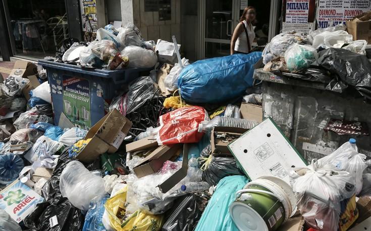 Άλλες τρεις ημέρες για να μαζευτούν τα σκουπίδια από τον Πειραιά