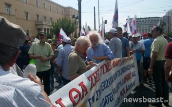 Σε εξέλιξη η διαμαρτυρία του ΠΑΜΕ έξω από τη Βουλή