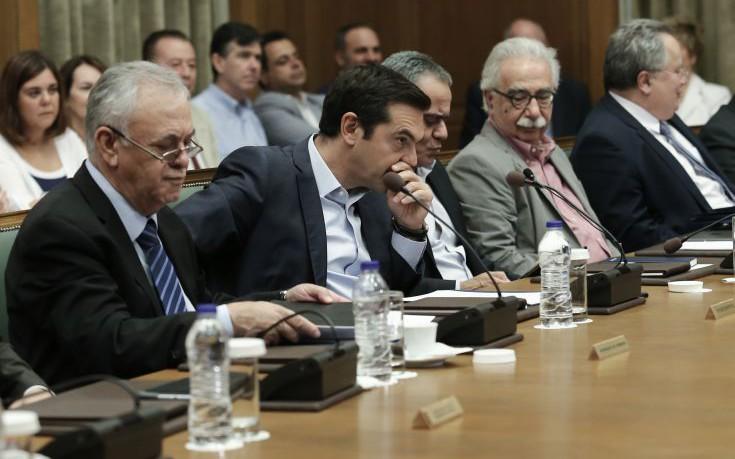 Ασφάλιστρα οχημάτων και συμβασιούχοι στο υπουργικό συμβούλιο