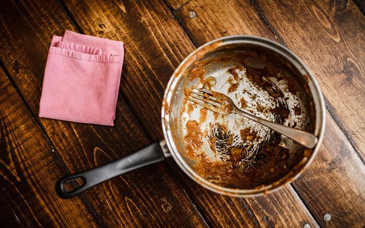 Πώς να καθαρίσετε την καμένη κατσαρόλα