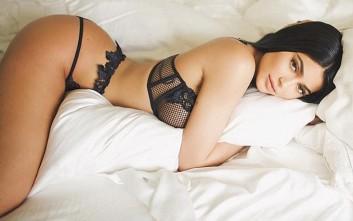 Η Kylie Jenner με τα εσώρουχα στα σεντόνια διαφημίζει κραγιόν