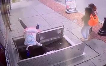 Μία γυναίκα χάζευε στο κινητό της ενώ περπατούσε και έπεσε στο κενό