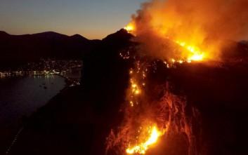 Φωτογραφίες που κόβουν την ανάσα από τη φωτιά στο κάστρο της Μονεμβασιάς