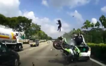Σοκαριστικό βίντεο σύγκρουσης μηχανής με αυτοκίνητο στη Σιγκαπούρη