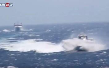 Η μάχη των πλοίων μέσα στα κύματα για να πιάσουν στη Φολέγανδρο