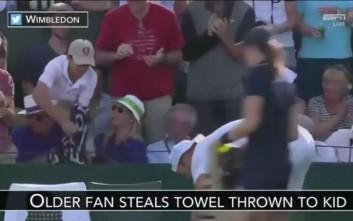 Ζήτησε μία πετσέτα ως ενθύμιο αλλά ένας παππούς του την άρπαξε