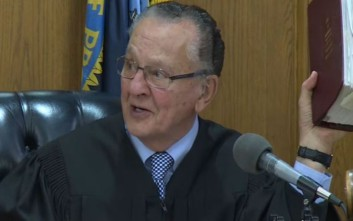Δικαστής «τρολάρει» αστυνομικό που έκοψε κλήση ένα λεπτό πριν τη λήξη της απαγόρευσης