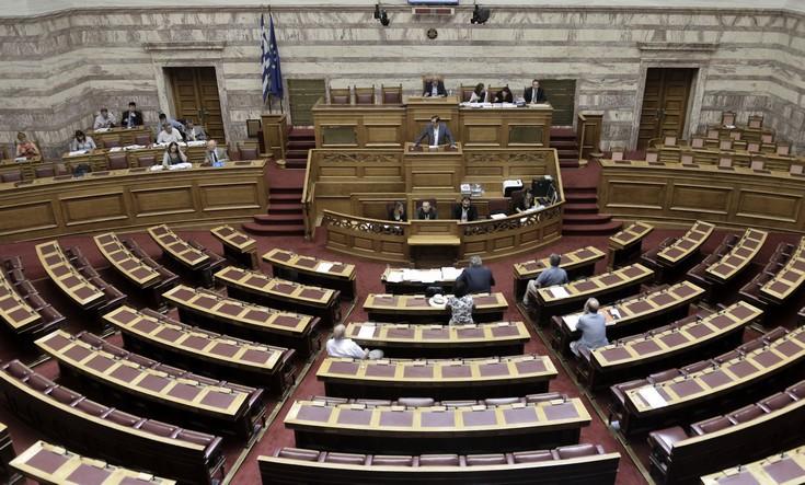 Μαζικές αποχωρήσεις από τη Βουλή προκάλεσε η θερινή «βροχή» τροπολογιών
