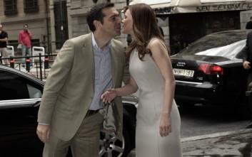 Το φιλί Τσίπρα - Αχτσιόγλου στην είσοδο του υπουργείου Εργασίας