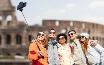 Στο Μιλάνο απαγορεύθηκε η χρήση των κονταριών για selfie
