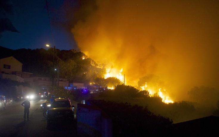 Μαίνεται η πυρκαγιά στη Γαλλία, εκκενώθηκε τη νύχτα πόλη 10.000 κατοίκων