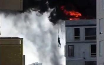 Απίθανη διάσωση εργάτη από φλεγόμενο κτίριο με γερανό