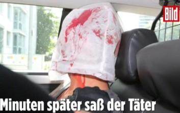 Ο δράστης στο Αμβούργο με λευκή σακούλα στο κεφάλι και αίματα