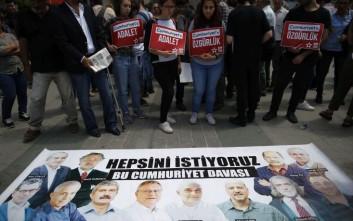 Αποφυλακίστηκαν οι επτά συνεργάτες της εφημερίδας Cumhuriyet