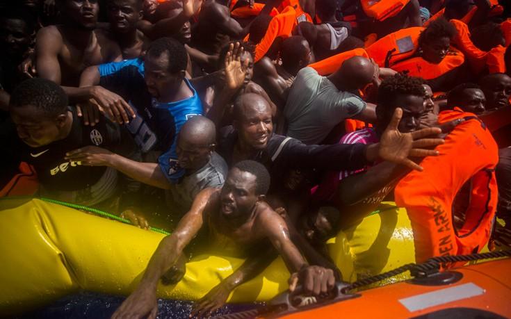 Σπαρακτικές εικόνες από βάρκα με μετανάστες στη Μεσόγειο