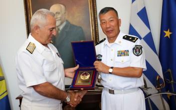 Συνάντηση με αξιωματικούς του πολεμικού ναυτικού της Κίνας είχε ο αρχηγός ΓΕΕΘΑ