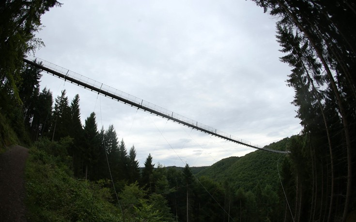 Η κρεμαστή γέφυρα σχοινιών στο φαράγγι Geierley στη Γερμανία
