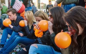 Συνελήφθησαν τρία άτομα για πώληση μπαλονιών με «αέριο γέλιου»