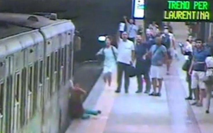 Γυναίκα σύρθηκε στην αποβάθρα όταν η τσάντα της πιάστηκε στην πόρτα τρένου