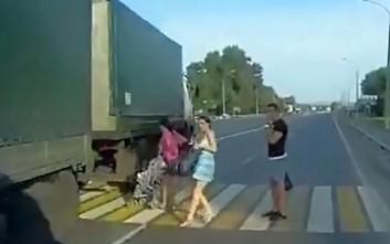 Η στιγμή που μητέρα σώζει το μωρό της από νταλίκα που τρέχει με μεγάλη ταχύτητα