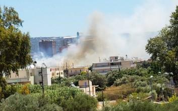 Πυρκαγιά δίπλα σε πολυκατοικία στη Σούδα