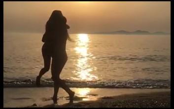 Παιχνίδια στη θάλασσα για την Έλενα Παπαρίζου και την αδερφή της