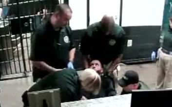 Τρεις αστυνομικοί έκαναν ηλεκτροσόκ με τέιζερ σε ακινητοποιημένο κρατούμενο