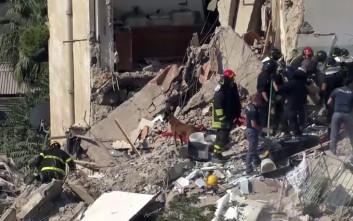 Δύο πυροσβέστες τραυματίες στα ερείπια του κτιρίου στη Νάπολη