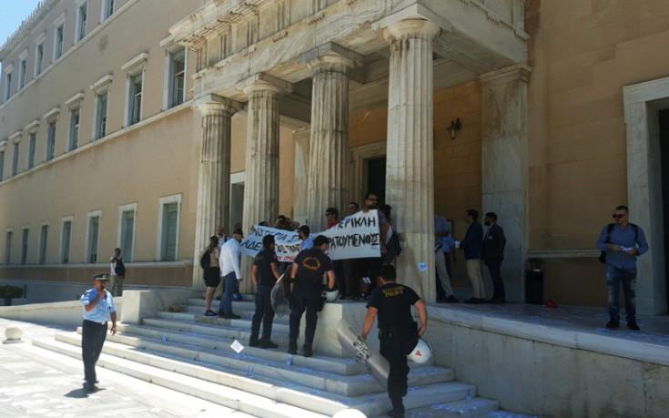Η ανακοίνωση του Ρουβίκωνα για την εισβολή στο προαύλιο της Βουλής